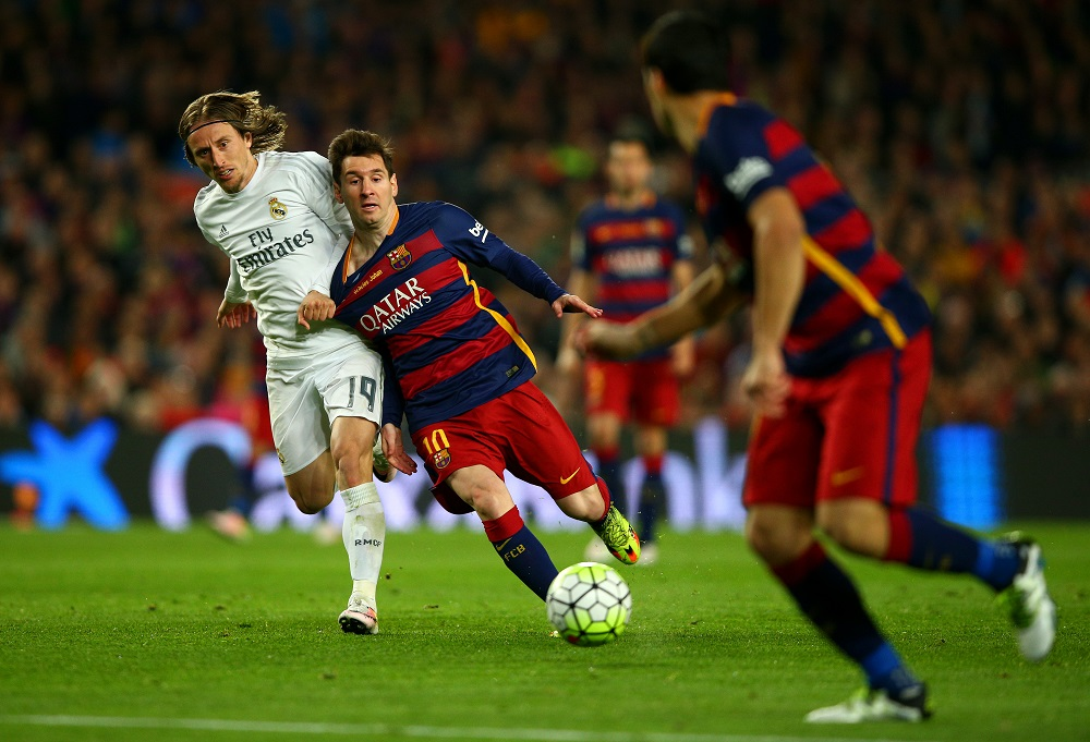 Lionel Messi of FC Barcelona battles for the ball with Luka Modric of Real Madrid CF during the La Liga match between FC Barcelona and Real Madrid CF at Camp Nou on April 2, 2016 in Barcelona, Spain.  (Photo by Paul Gilham/Getty Images)